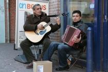 De aangename klanken van dit duo maken de dag nog zonniger. Albert Heijn, Eglantier. gm[[52.195798669681906, 6.0059621930122375]]