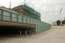 De nieuwe NS fietstunnel loopt onder de sporen door en verbindt de noord- en zuidzijde van het station met elkaar. Rechts standbeeld